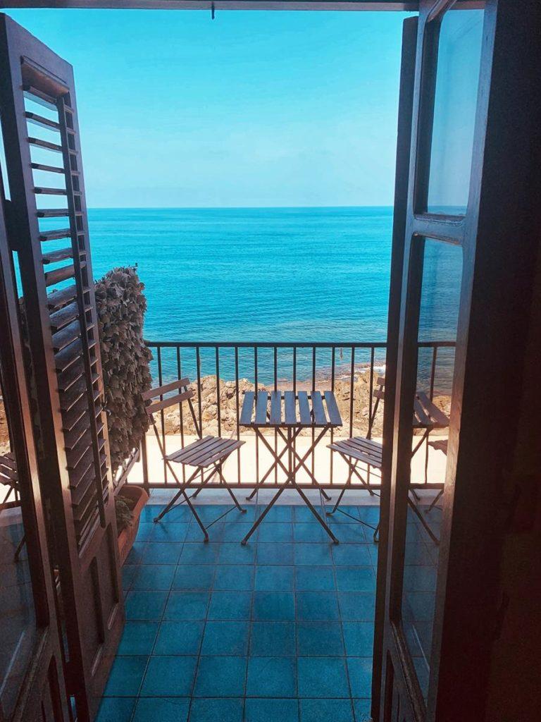 Jak wyselekcjonować odpowiednie osłony do zastosowania na balkonach?