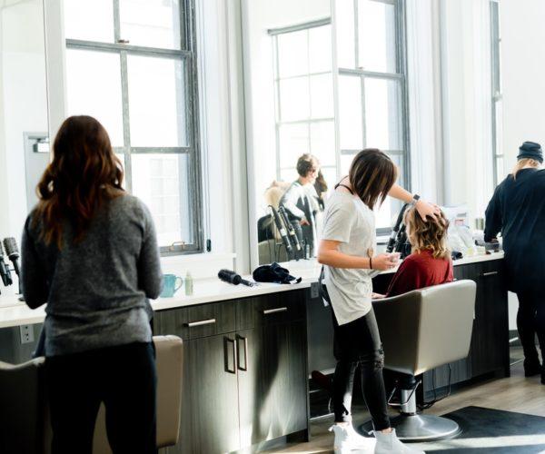 Cechy dobrego salonu fryzjerskiego, na które powinieneś zwrócić uwagę.